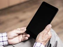 Senior, der moderne digitale Tablette verwendet Lizenzfreies Stockfoto