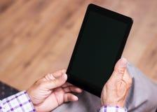 Senior, der moderne digitale Tablette verwendet Lizenzfreie Stockfotos