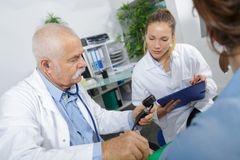 Senior doctor looking at xray with colleague Royalty Free Stock Photos