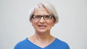 Senior-Frau oder Blogger sprechen oder Videos bloggen stock footage