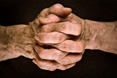 Senior hands praying Royalty Free Stock Images