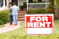 Senior Hispanic couple renting new home Royalty Free Stock Photos