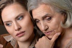 Senior i młode kobiety Zdjęcia Stock