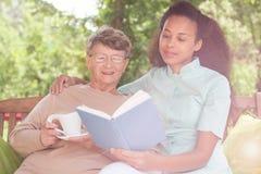 Senior i relaksuje w ogródzie Zdjęcie Stock