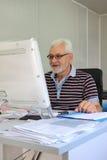 Senior im Büro Stockfoto
