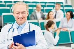 Senior jako pomyślny medice wykładowca zdjęcia royalty free