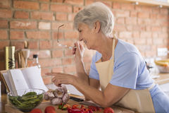 Senior lady in the kitchen Royalty Free Stock Photography