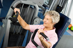 Senior lady working out. At the gym Royalty Free Stock Photos