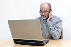 Senior am Laptop Stock Image