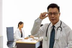 Senior lekarka w egzaminacyjnym pokoju zdjęcie stock