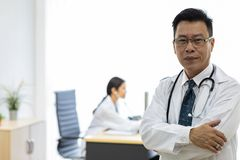 Senior lekarka w egzaminacyjnym pokoju obraz royalty free