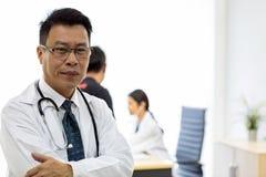 Senior lekarka w egzaminacyjnym pokoju fotografia stock