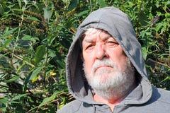 Senior mężczyzna patrzeje poważny w kapiszonie z bliska Obrazy Stock