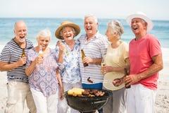 Senior ma grilla na plaży Zdjęcia Stock