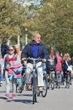 Senior ma zabawy kolarstwo w Vondelpark, Amsterdam, holandie Zdjęcie Royalty Free