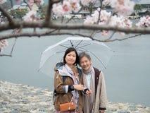 Senior macierzysta i dorosła córka z parasolem zdjęcie royalty free