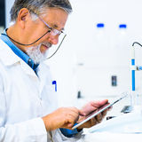 Senior male researcher carrying out scientific research in a lab Royalty Free Stock Photos