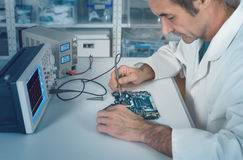 Senior male tech works in hardware repair facility Royalty Free Stock Photos