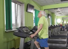 Elderly man in the gym Royalty Free Stock Photos
