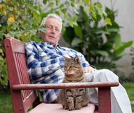 Senior man with cat in courtyard Royalty Free Stock Photos