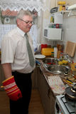 Senior man coooking Royalty Free Stock Photos