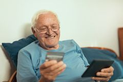 Senior man with credit card for online shopping Royalty Free Stock Photos