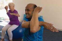 Free Senior Man Exercising In Fitness Studio Royalty Free Stock Photo - 139240805