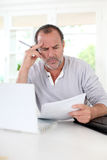 Senior man figuring out the tax declaration Royalty Free Stock Photos