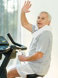 Senior man in a fitness club Royalty Free Stock Photography