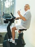 Senior man in a fitness club Royalty Free Stock Images