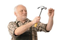 Senior man hammering Royalty Free Stock Images