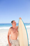 Senior man with his surfboard Royalty Free Stock Photos