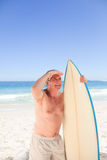 Senior man with his surfboard Royalty Free Stock Image