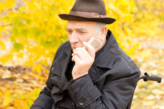 Senior man holding a mobile phone Royalty Free Stock Photography