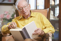 Senior man reading book Royalty Free Stock Photos
