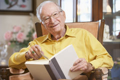 Senior man reading book Royalty Free Stock Images