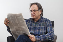 Senior man reading newspaper Royalty Free Stock Photos