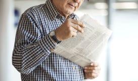 Senior man reading newspaper Royalty Free Stock Photos