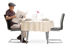 Senior man reading a newspaper Royalty Free Stock Images