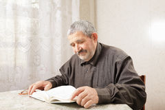 Senior man reading at table Royalty Free Stock Photography