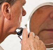 Senior man shaving Royalty Free Stock Photography