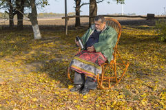 Senior man sitting in wicker chair Royalty Free Stock Photos