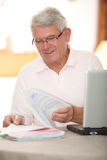 Senior man using internet Royalty Free Stock Photography