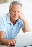 Senior man using laptop computer Royalty Free Stock Photos
