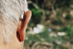 Free Senior Man Wearing A Hearing Aid Royalty Free Stock Images - 168619029