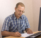 Senior man writing Royalty Free Stock Photography