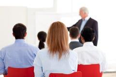Senior Manager che dà una presentazione Immagini Stock Libere da Diritti