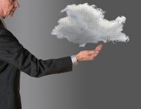 Senior manager con la computazione di galleggiamento della nuvola immagine stock libera da diritti