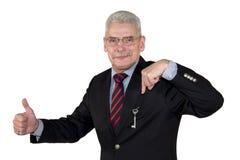 Senior Manager, der auf die Taste oben aufwirft Daumen zeigt Stockbilder