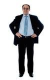 Senior Manager poisng mit den Händen auf seiner Taille stockfoto